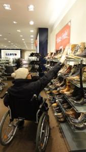 Im Rollstuhl zum Einkaufen